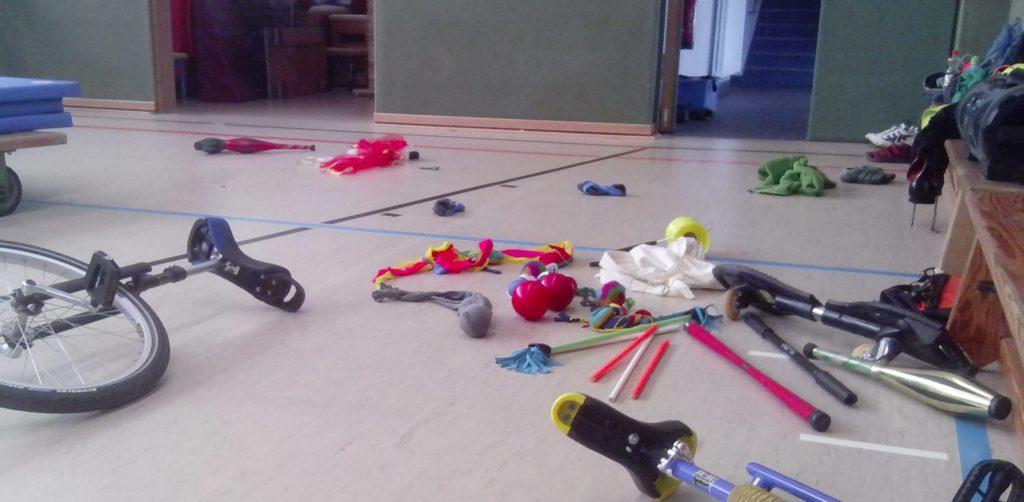 Zirkuskünste erlernen: Zirkusmaterial auf Hallenboden