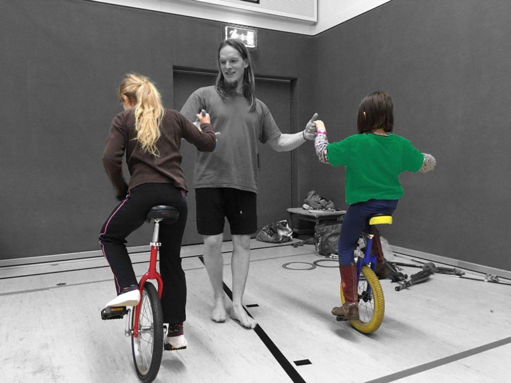 Zirkus-Kurse: Kinder auf Einrad