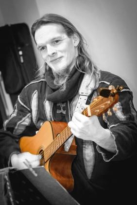 Musik: Zafizu mit Gitarre